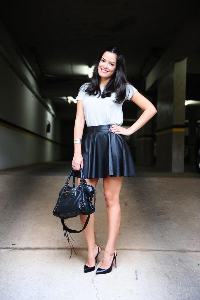 blog-da-mariah-look-do-dia-saia-couro-camiseta-fethie-6