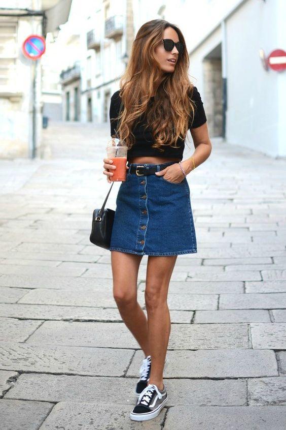 saia jeans com botões e tênis