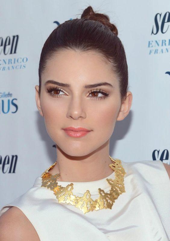 Kendall Jenner ,acessório deourado