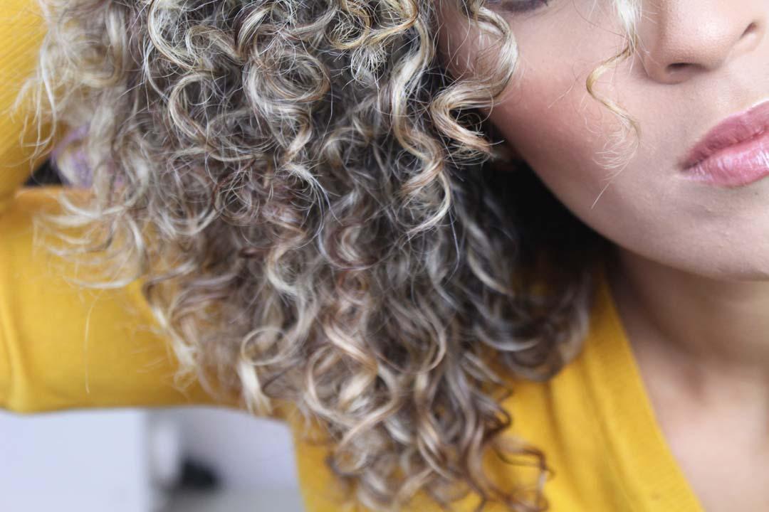dayse costa,irresistible me,cachos,cabelo cahceado,como definir cachos,transição,cachos definidos na descoloração,como definir cachos loiros,loiro cacheado,ficando loira sem perder a definição,babyliss para cabelo cacheado