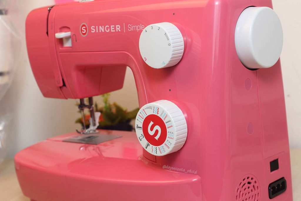 dayse costa,singer,máquina de costura,máquina de costura para iniciante,qual máquina comprar primeiro,máquina de costura doméstica que borda,máquina de costura rosa,singer simple,simple 3223,simple 3223r,